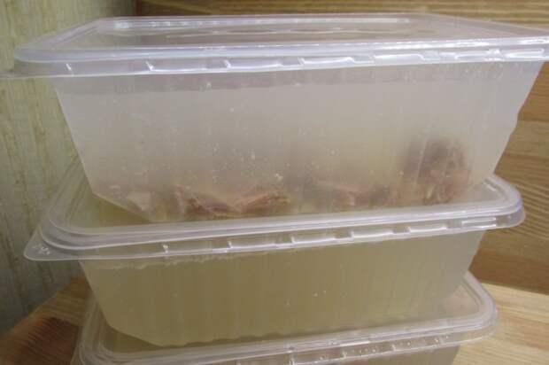 Под рукой всегда будет основа для супа, если заморозить немного бульона. /Фото: dom-eda.com