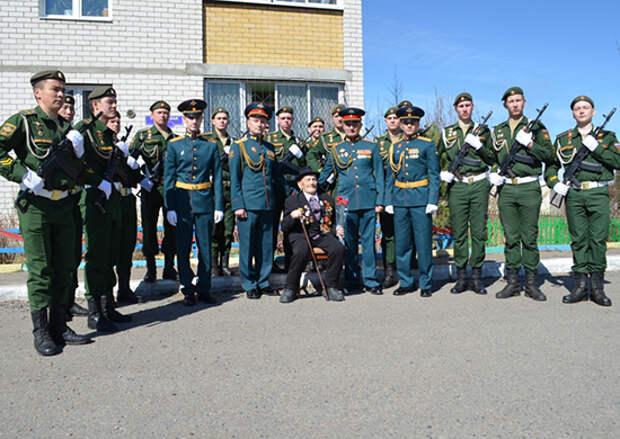 В Забайкальском крае военнослужащие ВВО под аккомпанемент оркестра поздравили 98-летнего ветерана ВОВ с Днем Победы