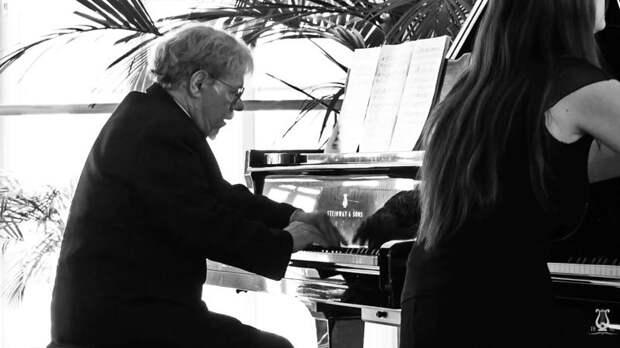 В Петербурге от COVID-19 умер пианист Сергей Урываев