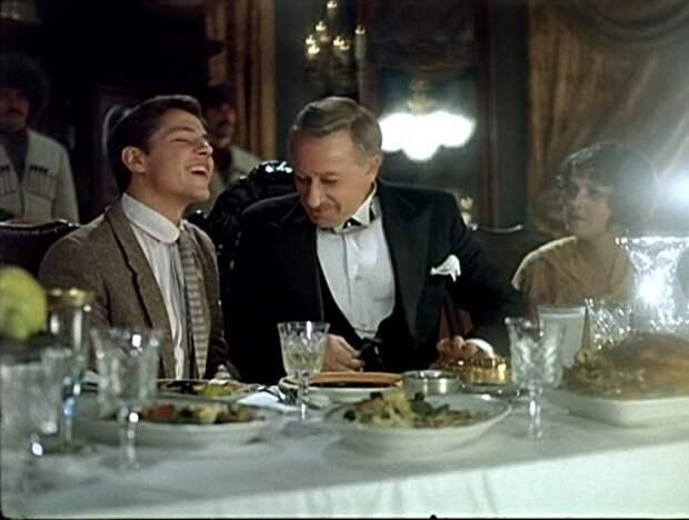 Мы из джаза. Папа просит вас за свой столик.