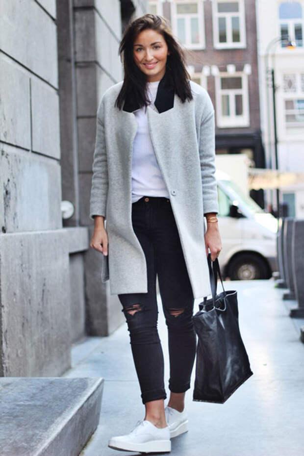 Девушка в футболке и сером пальто