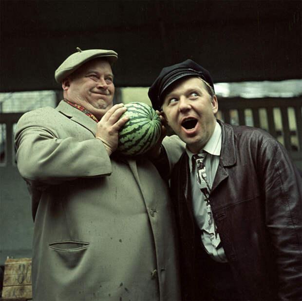 Евгений Моргунов и Олег Попов покупают арбуз. 1968 год
