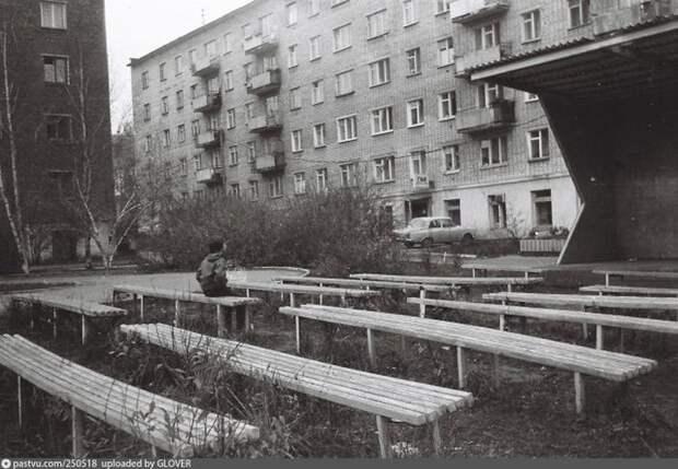 Многие общественные пространства зарастали травой... Эстрада на улице 30 лет Победы в Ижевске, 1991-1992. история, факты, фото