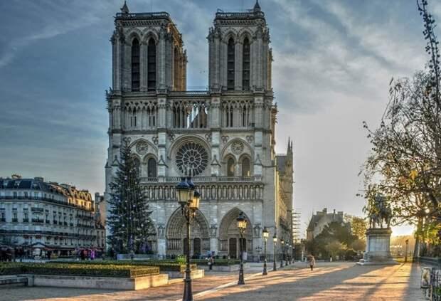 В Париже открыли площадь перед собором Нотр-Дам