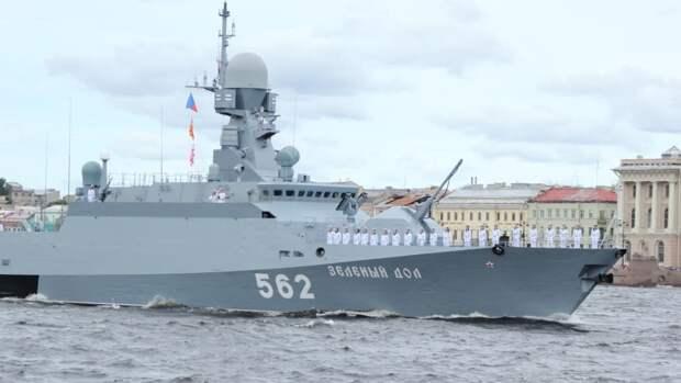 Путин и Шойгу начали обход парадного строя кораблей ВМФ РФ в Кронштадте