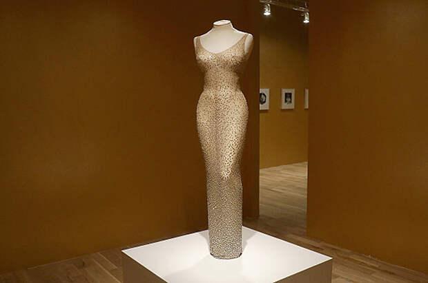 Когда известные дамы надевали «голые платья» и чего этим добились