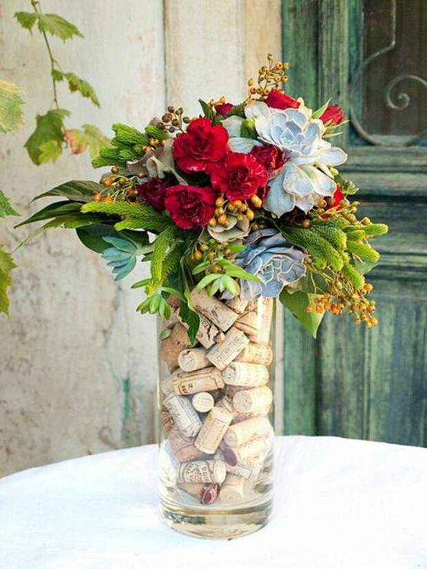 Прекрасный вариант заполнение вазы при помощи винных пробок, при помощи которых ваза сразу же преображается.