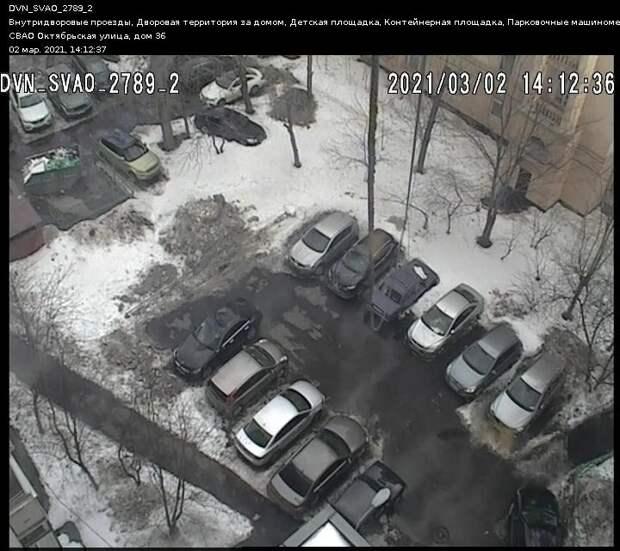 Двор на Октябрьской очистили от снега и наледи
