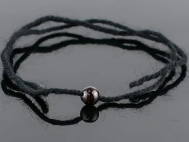 Что означает черная нить на запястье и как правильно ее носить?