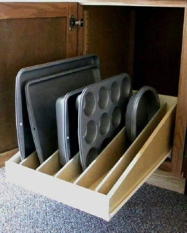 Крутой вариант для экономии пространства на кухне при помощи умелого размещения противней на ней.