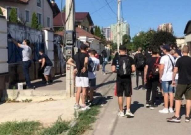В Харькове радикалы Нацкорпуса напали на дом сторонника Шария. Имеются пострадавшие