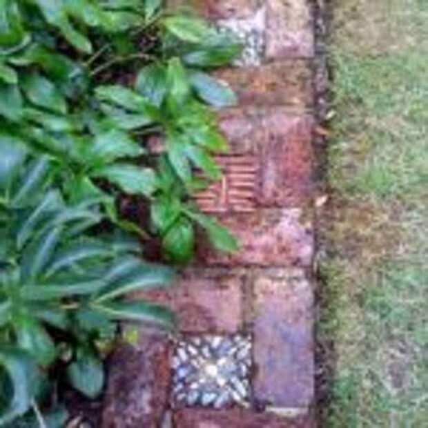 простые и красивые садовые дорожки из кирпича и гальки