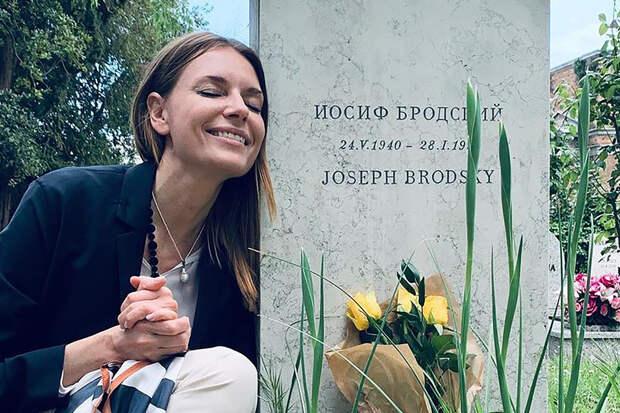 Любовь Толкалину пристыдили в Рунете за фото на могиле Бродского