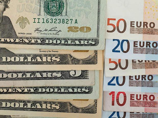 Рубль в ходе торгов теснит доллар, но уступает евро