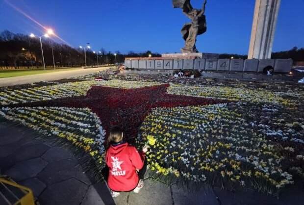 Волонтёры вРиге заночь уложили цветы умонумента Освободителям