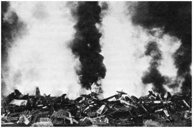 Многие самолеты в целях безопасности были просто сожжены. На фото 200 японских военных самолетов были сожжены Корпусом морской пехоты США в конце 1945 года на авиабазе Омура в западной части Кюсю.