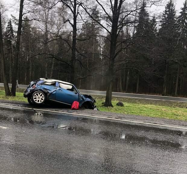 Mini Cooper отправился в кювет на Приморском шоссе. Обломки разбросало по мокрой трассе