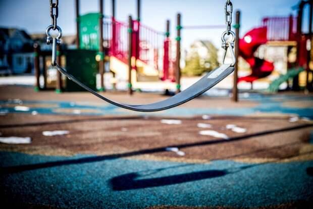 На Дубнинской привели в порядок покрытие на детской площадке
