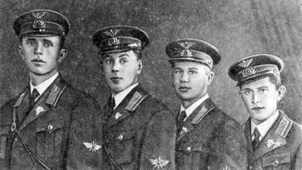 Выпускники Качинской военной авиационной школы (второй слева В. И. Сталин). 1939 год