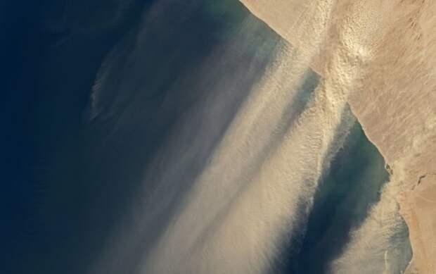 Спутники показали сильнейшую песчаную бурю над Атлантикой