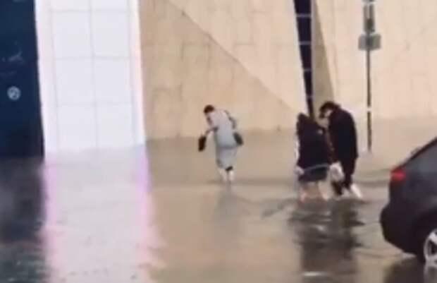 В Симферополе затопило парковку крупного торгового центра. Видео
