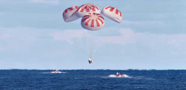 Приводнение корабля Crew Dragon после беспилотного полета DM-1 8 марта 2019 г. Фото NASA TV