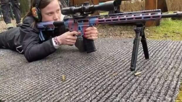 девушка целится из винтовки