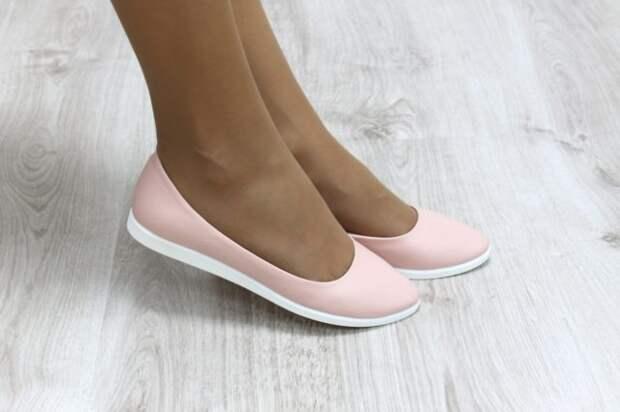 розовые балетки на женских ногах