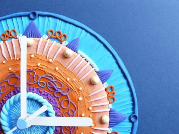 Необычные настенные часы из полимера