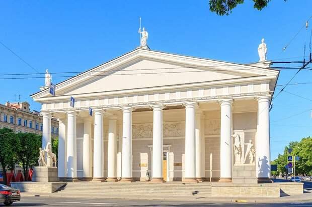 Найти «Манеж» легко: это здание сколоннами рядом сИсаакиевским собором иАлександровским садом. Источник: Maykova Galina / Shutterstock