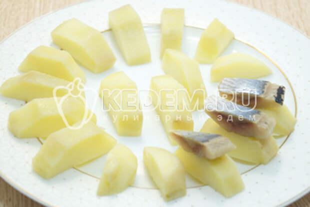 Добавить кусочками нарезанное филе сельди сверху.