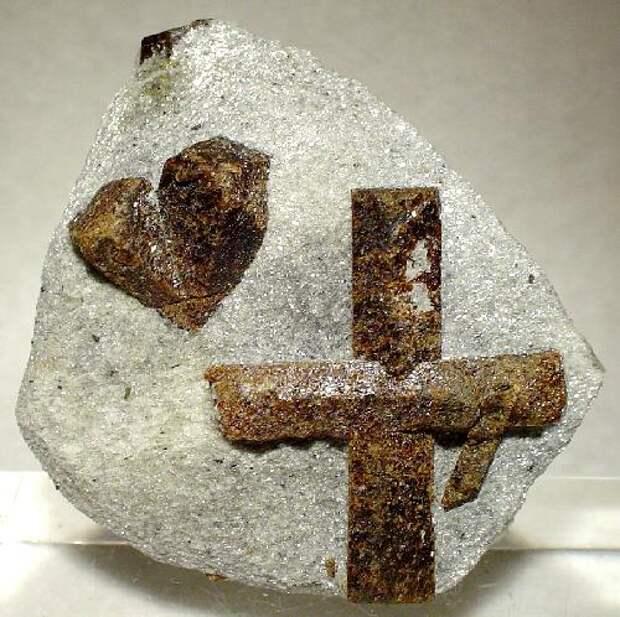 Ставролит, двойниковые кристаллы в сланце. Мурманская область. Редкий пример двух типов двойниковых срастаний рядом