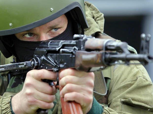 ТАСС: У петербургской школы задержали подростка в форме силовиков с кобурой