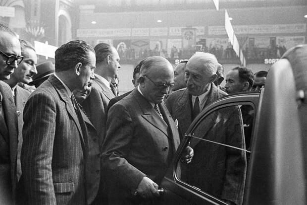 Парижский автосалон 1948 года. Шеф Citroen Буланже (на снимке справа) показывает 2CV премьер-министру Франции Венсану Ориолю Citroen 2CV, citroen, авто, автомобили, олдтаймер, ретро авто, францкзкий авто