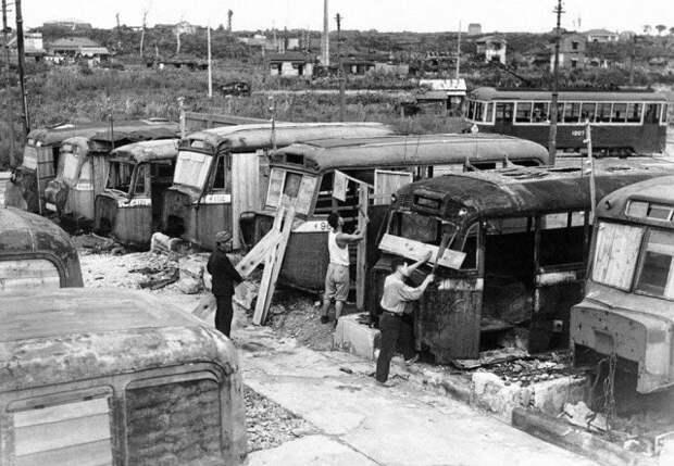 Разбитые автобусы восполняли острую нехватку жилья в Токио. Япония. 2 октября 1946 года.