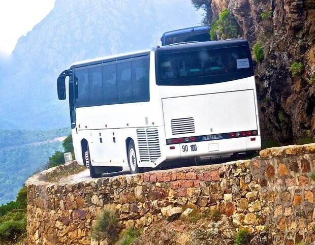 16 человек погибли из-за падения автобуса в ущелье в Мьянме