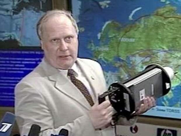 Разработчик демонстрирует мини-спутник, кадр телеканала НТВ