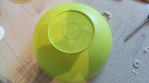 Люстра в тон кухни из двух пластиковых мисок 3