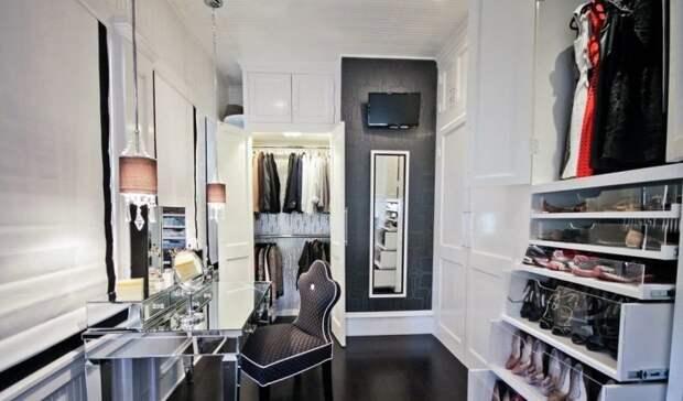 Для любителей проводить в гардеробе долгое время можно установить плазменный телевизор.