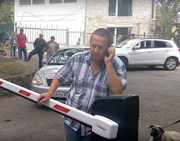 В Крыму владельцы «скворечников для богатых» огородились от простых смертных (видео)