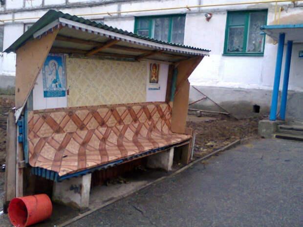 Эта скамейка под надежной защитой.   Фото: Фишки.нет.