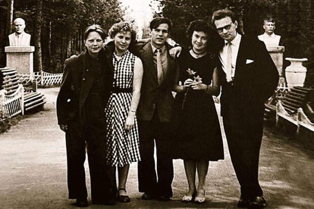 Эрнст Романов (крайний справа) во время учёбы в ГИТИСе. / Фото: www.7days.ru