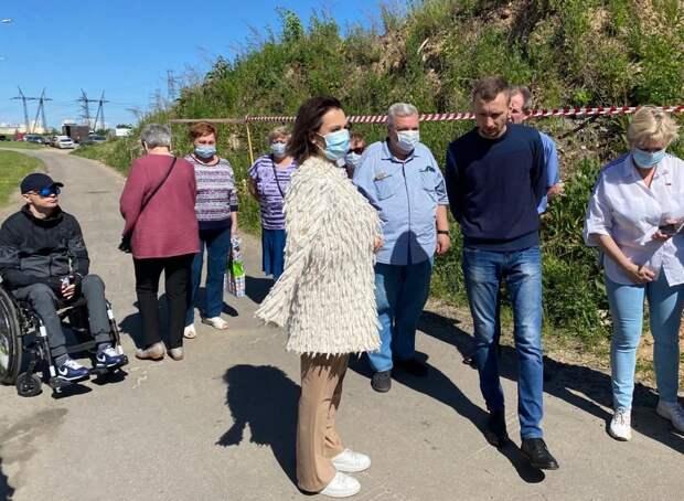 Татьяна Буцкая настаивает на ликвидации мусорных куч в Некрасовке / Фото: Анна Никитина