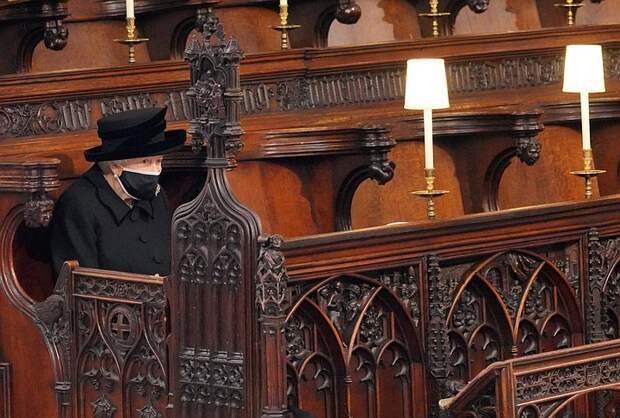 Убитая горем Елизавета II на похоронах принца  Филиппа осталась совсем одна