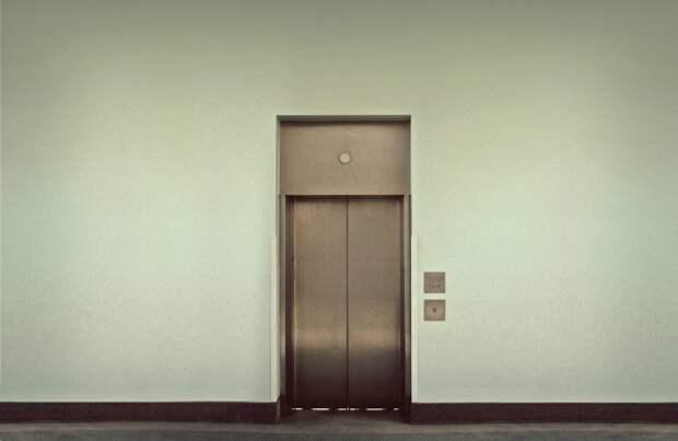 Едет как то раз моя подруга в лифте и тут заходит здоровенный мужик...