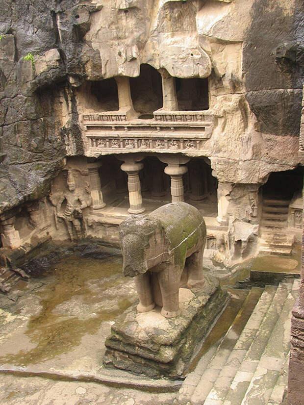 В пещерах Эллора всего 32 храма.