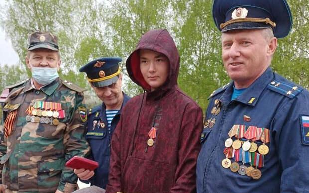 Рязанского школьника наградили за тушение стихийного пожара