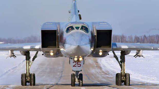 Дальний бомбардировщик Ту-22М3 на военном аэродроме Шайовка