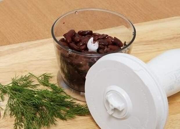 Шаг 1. Измельчаем вареную фасоль в блендере