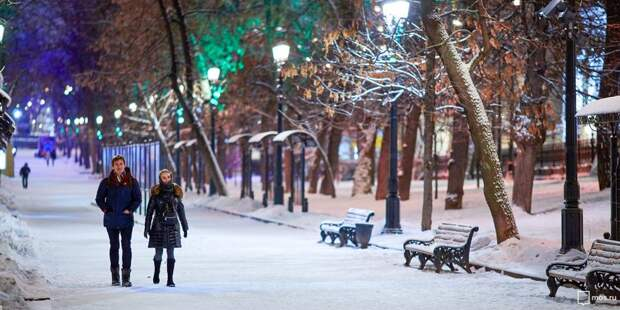В сквере на Заповедной очистили тропинки от снега и наледи